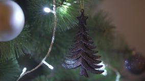 Κλείστε επάνω την άποψη defocus σχετικά με το εντυπωσιακό φωτεινό φως σπινθηρίσματος διακοσμήσεων χριστουγεννιάτικων δέντρων στην απόθεμα βίντεο