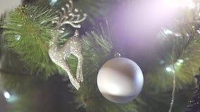 Κλείστε επάνω την άποψη defocus σχετικά με το θαυμάσιο φωτεινό φως σπινθηρίσματος διακοσμήσεων χριστουγεννιάτικων δέντρων στην εο απόθεμα βίντεο