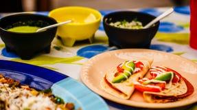 Κλείστε επάνω την άποψη Quesadillas με Salsa και του αβοκάντο στο Μεξικό στοκ εικόνες