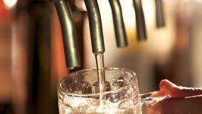 Κλείστε επάνω την έκχυση μπύρας βρυσών απόθεμα βίντεο