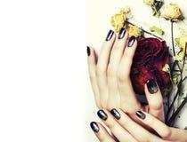 Κλείστε επάνω την εικόνα των καρφιών μανικιούρ με το ξηρό κόκκινο λουλουδιών αυξήθηκε Στοκ εικόνα με δικαίωμα ελεύθερης χρήσης