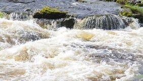 Κλείστε επάνω την εικόνα των ορμητικά σημείων ποταμού ποταμών Στοκ φωτογραφία με δικαίωμα ελεύθερης χρήσης