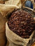 κλείστε επάνω την εικόνα των φασολιών καφέ σε έναν σάκο ντύνει το εκλεκτής ποιότητας κοίταγμα στοκ εικόνα με δικαίωμα ελεύθερης χρήσης