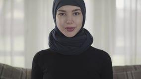 Κλείστε επάνω την επιτυχή βέβαια νέα μουσουλμανική επιχειρησιακή γυναίκα πορτρέτου που εξετάζει τη κάμερα που χαμογελά την ευτυχή απόθεμα βίντεο