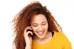 Κλείστε επάνω την ευτυχή νέα ομιλία γυναικών στο τηλέφωνο κυττάρων στο απομονωμένο άσπρο κλίμα Στοκ Εικόνες