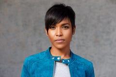 Κλείστε επάνω την καθιερώνουσα τη μόδα νέα μαύρη γυναίκα με τη μπλε ζακέτα Στοκ Φωτογραφίες