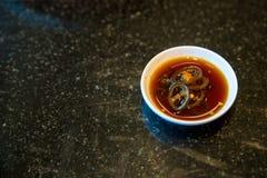 Κλείστε επάνω την κινεζική μαύρη γλυκιά σάλτσα με τα φρέσκα τσίλι στο άσπρο φλυτζάνι για το dimsum Στοκ Φωτογραφία