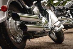 Κλείστε επάνω την κλασική μοτοσικλέτα εξάτμισης χρωμίου φωτογραφιών στοκ εικόνες