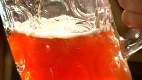 Κλείστε επάνω την κούπα γεμίζοντας με την κόκκινη αγγλική μπύρα, σε αργή κίνηση απόθεμα βίντεο