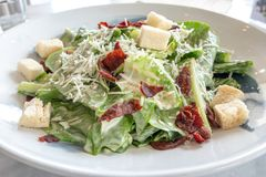 Κλείστε επάνω την οργανική caecar σαλάτα στο άσπρο πιάτο Διεθνή τρόφιμα στοκ εικόνα