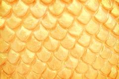 Κλείστε επάνω την παραδοσιακή σύσταση σχεδίων στόκων κλίμακας naga στον ταϊλανδικό ναό, χρυσό αφηρημένο υπόβαθρο στοκ φωτογραφία με δικαίωμα ελεύθερης χρήσης