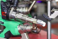 Κλείστε επάνω την πλαστική μηχανή συγκόλλησης εξωθητών για τη βιομηχανικές επισκευή και τη συντήρηση στοκ φωτογραφία με δικαίωμα ελεύθερης χρήσης