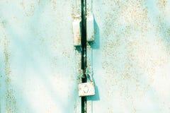 Κλείστε επάνω την πόρτα μετάλλων με την κλειδαριά, βρώμικο ύφος Βιομηχανική μπλε ανασκόπηση Στοκ Φωτογραφία