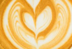Κλείστε επάνω την τέχνη μορφής δέντρων latte στο υπόβαθρο σύστασης φλυτζανιών καφέ Στοκ εικόνες με δικαίωμα ελεύθερης χρήσης