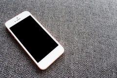 Κλείστε επάνω την τηλεφωνική κινητή κενή οθόνη στη τοπ άποψη καναπέδων, πρότυπο στοκ φωτογραφία με δικαίωμα ελεύθερης χρήσης