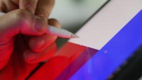 Κλείστε επάνω την ψηφιακή stylus μάνδρα στην ψηφιακή ταμπλέτα για την εργασία σχεδίου απόθεμα βίντεο