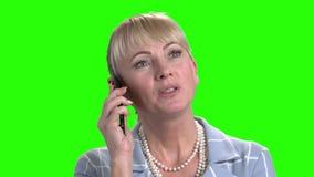 Κλείστε επάνω την όμορφη ομιλία γυναικών στο smartphone απόθεμα βίντεο