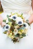 Κλείστε επάνω της άσπρης Floral αγροτικής γαμήλιας ανθοδέσμης νυφών ` s Στοκ φωτογραφία με δικαίωμα ελεύθερης χρήσης