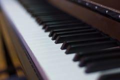 Κλείστε επάνω της αλυσίδας πιάνων, η διαδικασία τη μουσική, ο κοντινός καθρέφτης του γραπτού μουσικού οργάνου στοκ εικόνα