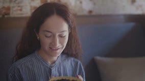 Κλείστε επάνω της γυναίκας εισπνέει τη μυρωδιά του τσαγιού απόθεμα βίντεο