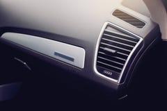 Κλείστε επάνω της διεξόδου όρου αέρα σε ένα σύγχρονο αυτοκίνητο στοκ εικόνα