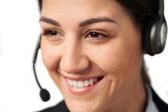 Κλείστε επάνω της επιχειρηματία που φορά την τηλεφωνική κάσκα στο τμήμα εξυπηρετήσεων πελατών στοκ εικόνες