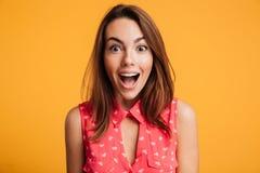 Κλείστε επάνω της ευτυχούς κατάπληκτης γυναίκας με το ανοικτό στόμα που εξετάζει τη κάμερα Στοκ Εικόνες