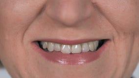 Κλείστε επάνω της ηλικιωμένης χαμογελώντας γυναίκας με τα άσπρα δόντια απόθεμα βίντεο