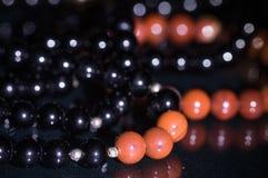 Κλείστε επάνω της ημιπολύτιμης κόκκινης ιάσπιδας πολύτιμων λίθων και των μαύρων βραχιολιών tourmaline Στοκ φωτογραφία με δικαίωμα ελεύθερης χρήσης