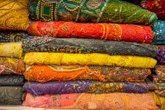 Κλείστε επάνω της ινδικής παραδοσιακής ενδυμασίας του Σάρι γυναικών στην αγορά Γάμος Σάρι αγοράς στο Jaipur Ζωηρόχρωμο όμορφο Σάρ Στοκ Εικόνα