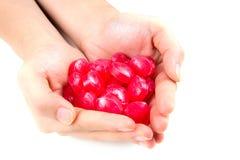 Κλείστε επάνω της καραμέλας αγάπης στο θηλυκό χέρι Στοκ Εικόνες