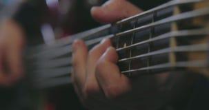 Κλείστε επάνω της κιθάρας παιχνιδιού μουσικών με την επιλογή απόθεμα βίντεο