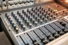 Κλείστε επάνω της κονσόλας εξισωτών αναμικτών μουσικής για τον έλεγχο αναμικτών soun Στοκ εικόνες με δικαίωμα ελεύθερης χρήσης
