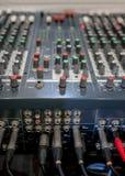 Κλείστε επάνω της κονσόλας εξισωτών αναμικτών μουσικής για τον έλεγχο αναμικτών soun Στοκ Εικόνες