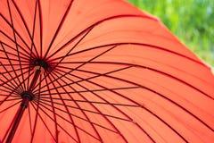 Κλείστε επάνω της κόκκινης ομπρέλας Ιαπωνική ομπρέλα ύφους Στοκ Φωτογραφία