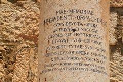 Κλείστε επάνω της λατινικής εγγραμμένης στήλης στις αρχαίες καταστροφές Capernaum Στοκ εικόνα με δικαίωμα ελεύθερης χρήσης