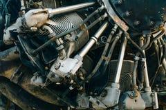 Κλείστε επάνω της λεπτομερούς παλαιάς μηχανής αεροσκαφών αεριωθούμενων αεροπλάνων με rustry και το gru Στοκ εικόνα με δικαίωμα ελεύθερης χρήσης