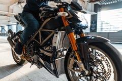 Κλείστε επάνω της μοτοσικλέτας υψηλής δύναμης στο αστικό υπόβαθρο στο χώρο στάθμευσης στοκ εικόνες με δικαίωμα ελεύθερης χρήσης