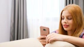 Κλείστε επάνω της νέας γυναίκας χρησιμοποιώντας το smartphone της φιλμ μικρού μήκους