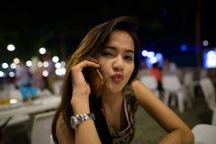 Κλείστε επάνω της νέας όμορφης ασιατικής ομιλίας γυναικών στο κινητό τηλέφωνο στοκ φωτογραφία με δικαίωμα ελεύθερης χρήσης