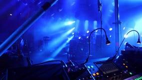 Κλείστε επάνω της παίζοντας μουσικής κομμάτων πινάκων ελέγχου του DJ στο σύγχρονο φορέα στη λέσχη disco Έννοια νυχτερινής ζωής κα απόθεμα βίντεο