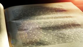 Κλείστε επάνω της παλαιάς ζωτικότητας βιβλίων απόθεμα βίντεο
