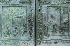 κλείστε επάνω της παλαιάς υψηλής ανακούφισης μετάλλων και διακοσμήστε στην πόρτα, στοκ φωτογραφία με δικαίωμα ελεύθερης χρήσης