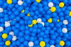 κλείστε επάνω της πλαστικής ζωηρόχρωμης σφαίρας παιχνιδιών στην παιδική χαρά για το chil στοκ φωτογραφία με δικαίωμα ελεύθερης χρήσης