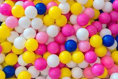 κλείστε επάνω της πλαστικής ζωηρόχρωμης σφαίρας παιχνιδιών στην παιδική χαρά για το chil στοκ εικόνα
