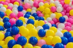 κλείστε επάνω της πλαστικής ζωηρόχρωμης σφαίρας παιχνιδιών στην παιδική χαρά για το chil στοκ εικόνες με δικαίωμα ελεύθερης χρήσης
