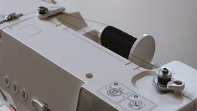 Κλείστε επάνω της πληγής νημάτων στη σπείρα της ράβοντας μηχανής φιλμ μικρού μήκους