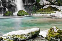 Κλείστε επάνω της προβολής ύδατος στους mossy βράχους του όμορφου καταρράκτη Virje στη μακροχρόνια έκθεση, Bovec, Σλοβενία Στοκ εικόνες με δικαίωμα ελεύθερης χρήσης