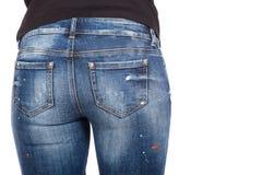 Κλείστε επάνω της προκλητικής γυναίκας που φορά το τζιν παντελόνι Κατάλληλη θηλυκή άκρη στο τζιν παντελόνι Στοκ Εικόνα