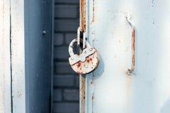 Κλείστε επάνω της πόρτας μετάλλων με την κλειδαριά, βρώμικο ύφος ανασκόπηση βιομηχανική Στοκ Εικόνες